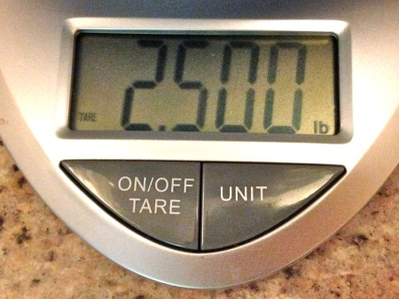 Food-scale-reading-2-and-a-half-pounds
