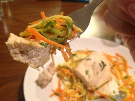 close-up-poached-chicken-veggie-noodles