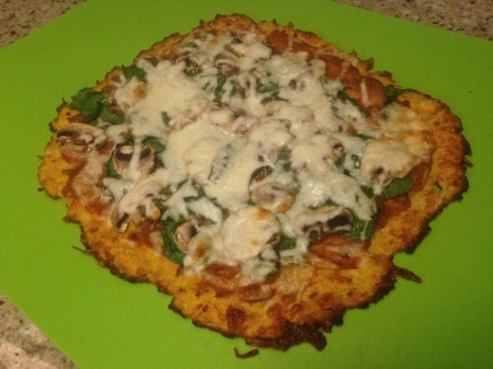 cauliflower-crust-pizza-spinach-mushrooms