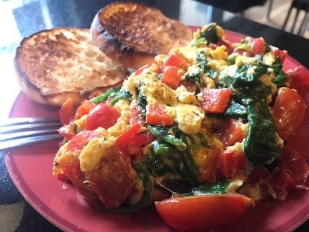 scrambled-eggs-spinach-pepper